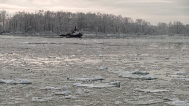 tugboat and ice, fraser river. 4k. uhd - richmond columbia britannica video stock e b–roll