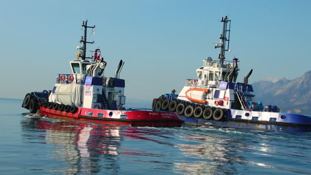 tugboat service and towing operation - rimorchiatore video stock e b–roll