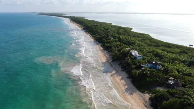 stockvideo's en b-roll-footage met tulum beach rivera maya luchtfoto drone - caraïbische zee