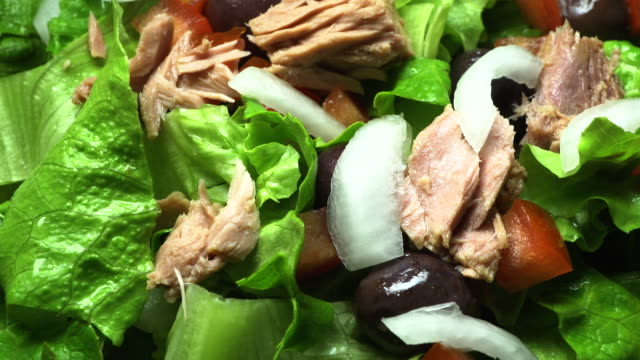 vídeos de stock e filmes b-roll de tuna flakes, olives, chopped tomato & lettuce salad - inteiro
