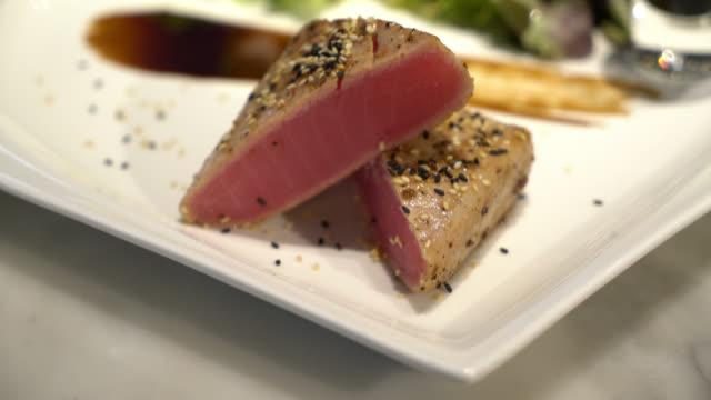 vídeos y material grabado en eventos de stock de filete de atún - alimentos cocinados