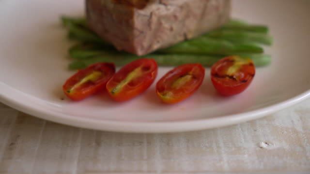 tuna steak with salad - vídeo