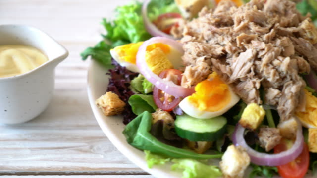 Tuna with vegetable salad and eggs - vídeo