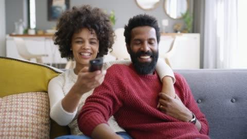 vidéos et rushes de à l'écoute dans le week-end - jeune couple