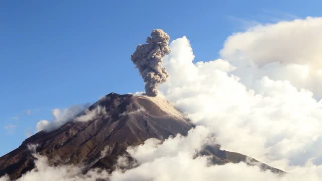 vídeos de stock, filmes e b-roll de em erupção do vulcão tungurahua - penedo