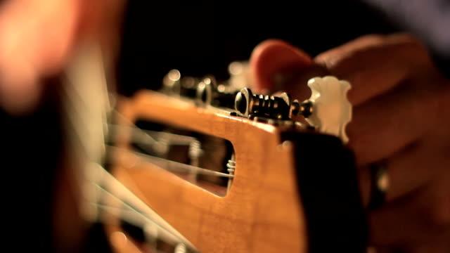 tuning a guitar - gitarr bildbanksvideor och videomaterial från bakom kulisserna