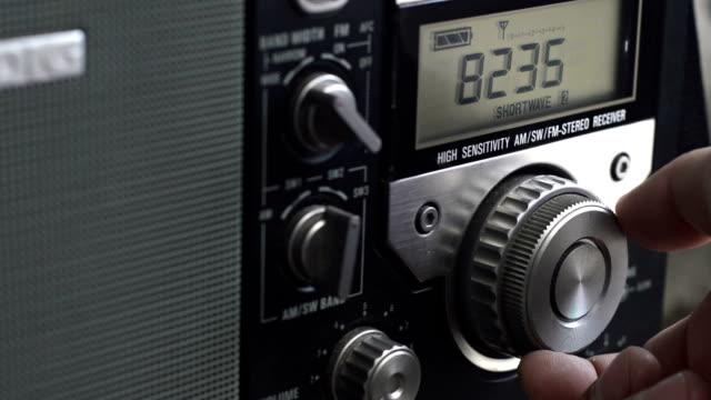 vidéos et rushes de réglage station de radio. - cadran