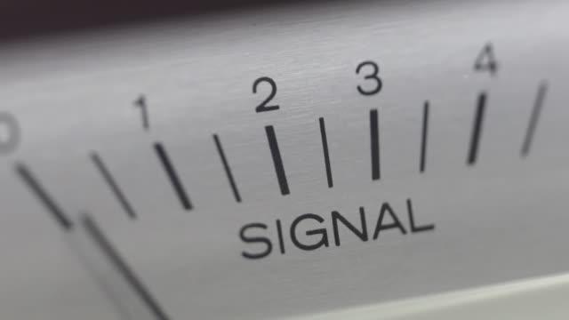 tuning signal indicator on audio device. - analogiczny filmów i materiałów b-roll