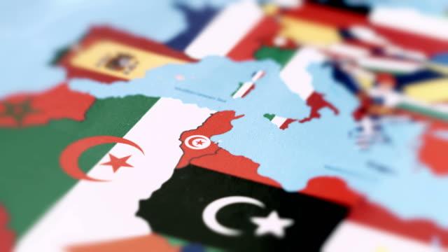 vídeos de stock, filmes e b-roll de fronteiras da tunísia com a bandeira nacional no mapa do mundo - país área geográfica