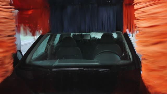 tunnel auto lavaggio di coche en tunel de lavado - lucidare video stock e b–roll