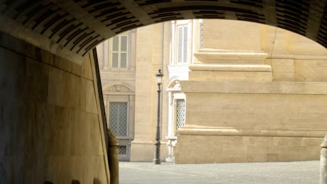 roma bazilikası içeri tünel giriş - vatikan şehir devleti stok videoları ve detay görüntü çekimi