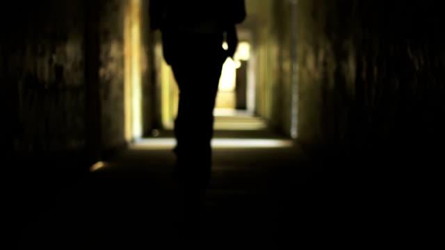 туннель силуэт человек бег безопасности концепции hd - побег стоковые видео и кадры b-roll