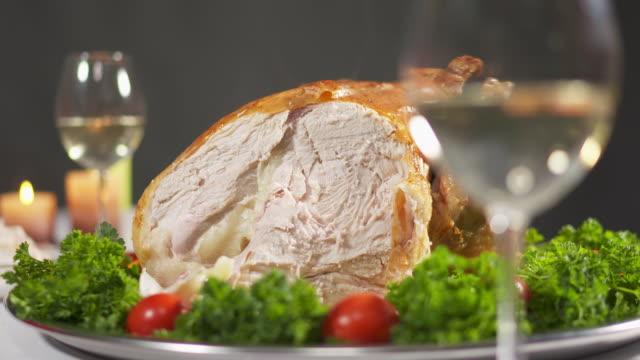 kolacja z indyka serwowana w święto dziękczynienia - indyk pieczony filmów i materiałów b-roll