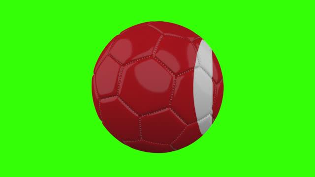 vídeos de stock, filmes e b-roll de bandeira da turquia na bola gira em fundo alfa verde transparente, loop - futebol internacional