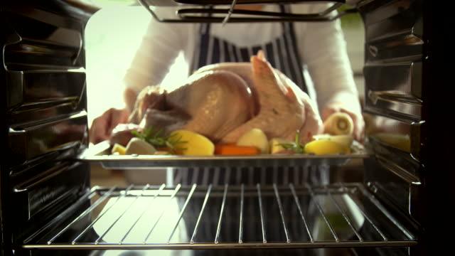vidéos et rushes de turquie à rôtir dans le four - 4 k vidéo - four