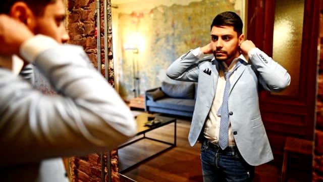 uomo d'affari turco di fronte allo specchio - cultura del medio oriente video stock e b–roll