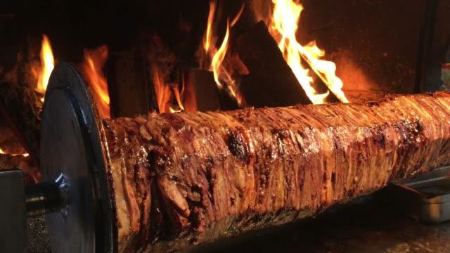 türkischer doner kebab dreht grill mit flammen, gegrilltes kebab, kebab-restaurant - döner stock-videos und b-roll-filmmaterial