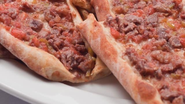 turkish fast food : pide - chleb pita filmów i materiałów b-roll