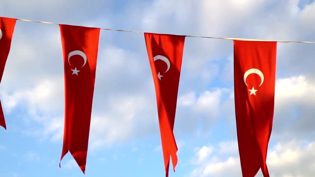 vídeos de stock, filmes e b-roll de bandeira da turquia estão balançando em câmera lenta - insígnia
