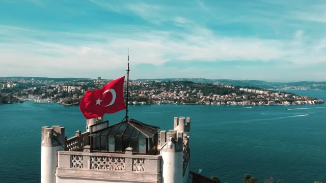 vídeos de stock e filmes b-roll de turkish flag in bosphorus - istambul