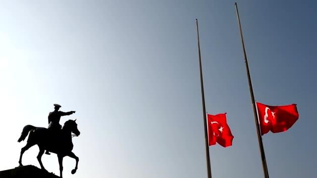 turkish flag, lower the flag to half-mast - ноябрь стоковые видео и кадры b-roll