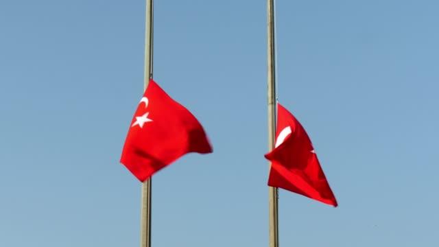 turkish flag, lower the flag to half-staff - ноябрь стоковые видео и кадры b-roll
