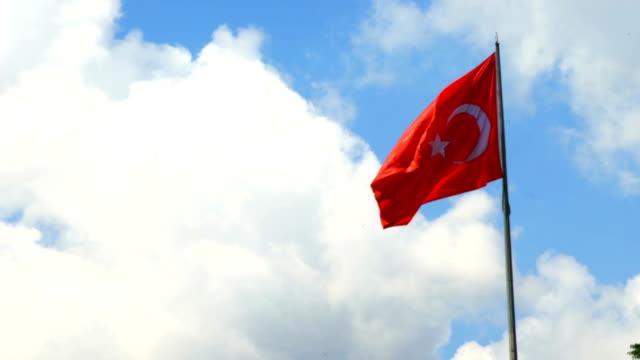 türkische flagge winken in blauen himmel im freien - ankara türkei stock-videos und b-roll-filmmaterial