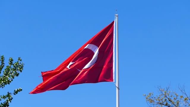 Türkische Flagge winken in der blauen Flagge der Republik Türkei, – Video