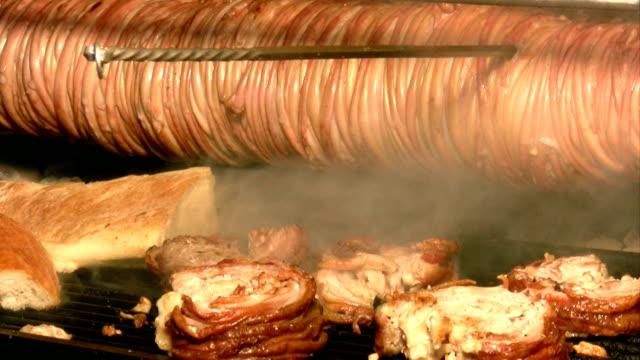 vídeos de stock e filmes b-roll de turco kokorec alimentos - produto de carne