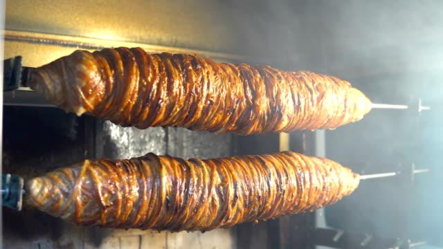 vídeos de stock e filmes b-roll de turkish lamb kebab kokorec, street food in istanbul turkey - produto de carne