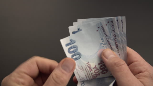 vídeos y material grabado en eventos de stock de billete de 100 liras turcas sobre fondo negro. - financial planning