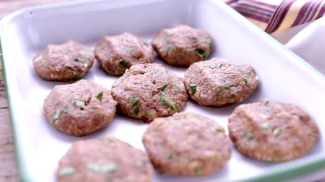 vídeos de stock e filmes b-roll de turkish raw meatballs ready to be cooked - produto de carne