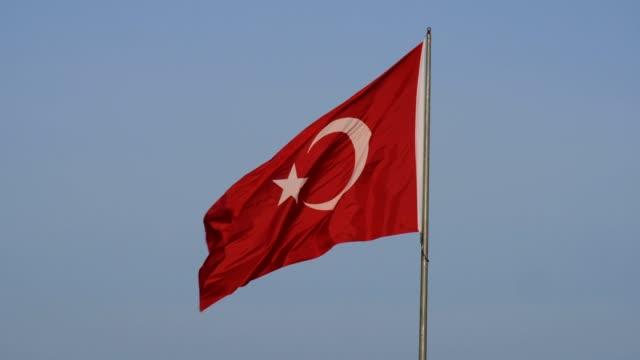 turkish republic flag waving in blue sky, turkish flag slow motion shot, - insygnia filmów i materiałów b-roll
