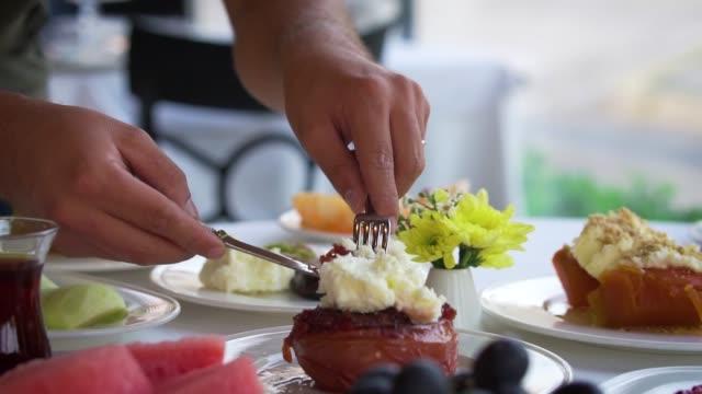 dessert di mela cotogna tradizionale di specie turca con crema - dolci video stock e b–roll