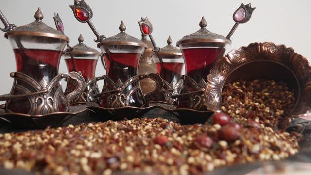 トルコ茶セット。犬のバラのお茶、銅茶セットとスプーン。 - イヌバラ点の映像素材/bロール