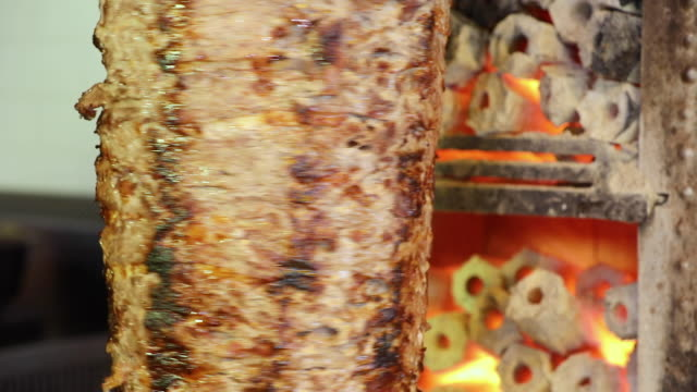 türkische traditionelle lebensmittel doner kebab - döner stock-videos und b-roll-filmmaterial