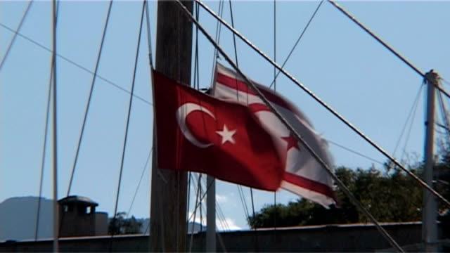 turecki & turecki-cypru flags latać na wietrze - polityka i rząd filmów i materiałów b-roll