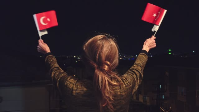 türkische frau holding, winken 2 türkische flaggen in der nacht feiern 23. april kindertag - ankara türkei stock-videos und b-roll-filmmaterial