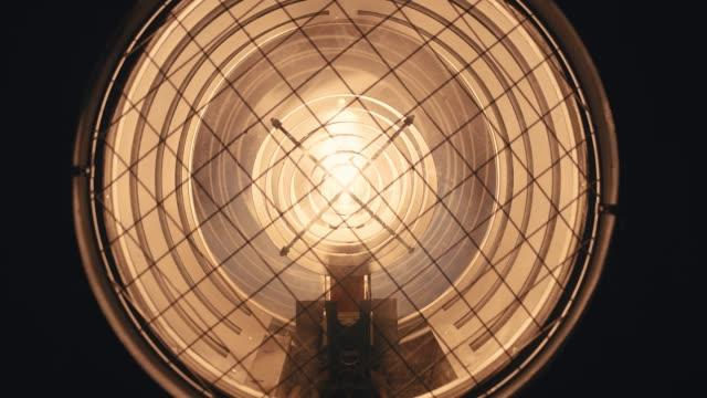 turn on light bulb - super slow motion - riflettore lenticolare video stock e b–roll