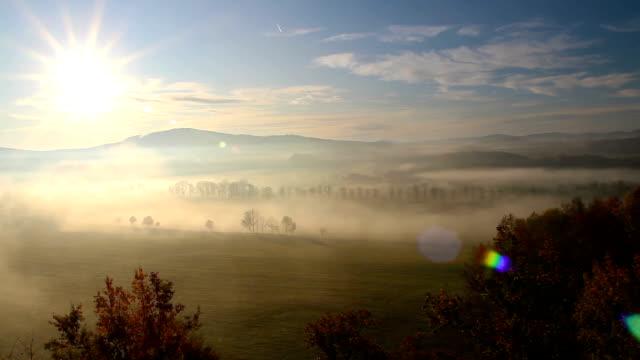 日の出の霧の中で側、草原と丘を回す、チェコの風景 - チェコ共和国点の映像素材/bロール