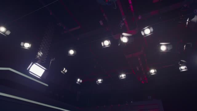 slå på studio glödlampa - slow motion - studiofotografi bildbanksvideor och videomaterial från bakom kulisserna