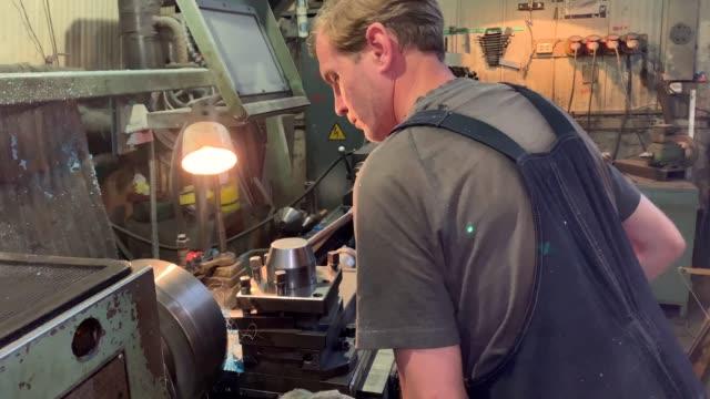turner behind a turning and milling machine - poliuretano polimero video stock e b–roll