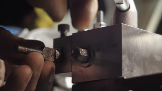 Turner Grampeia um cortador em um torno. - vídeo