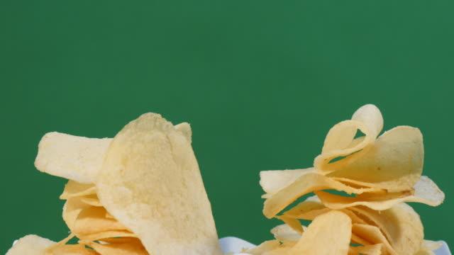 vídeos de stock, filmes e b-roll de transformando uma pilha de batatas fritas - junk food