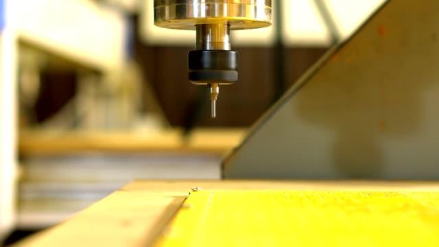 터 닝 하 고 기계 수치 제어와 밀링입니다. 작업의 시작. - 척 드릴 부속품 스톡 비디오 및 b-롤 화면