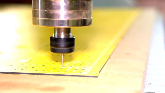 터 닝 하 고 기계 수치 제어와 밀링입니다. 작업 면의 조각. - 척 드릴 부속품 스톡 비디오 및 b-롤 화면