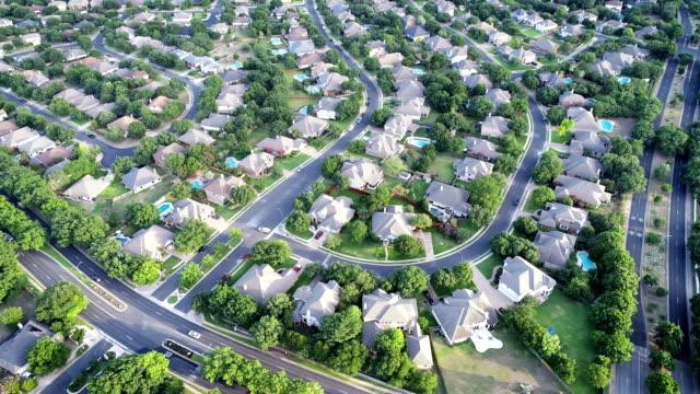 vídeos y material grabado en eventos de stock de vuelta por encima de casas de lujo en barrio - vista aérea drone - austin, texas - propiedad inmobiliaria
