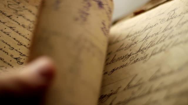 vídeos de stock e filmes b-roll de turning diary pages - carta documento