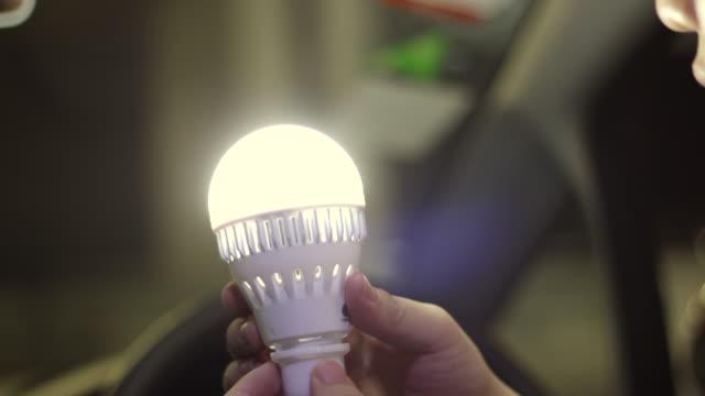 vídeos de stock, filmes e b-roll de lâmpada de viragem no carro - led