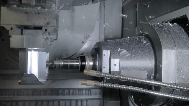 svarvfräsning kombinerar maskinskärande metall arbetsstycke med spänger på fabriken - maskindel bildbanksvideor och videomaterial från bakom kulisserna